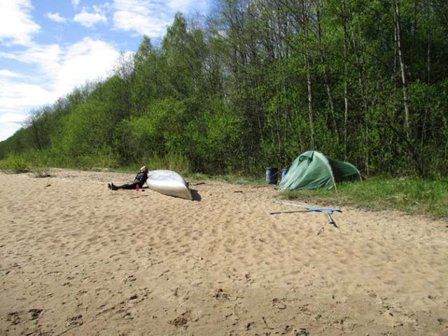 Choose a suitable spot and camp wild along the riverbank!
