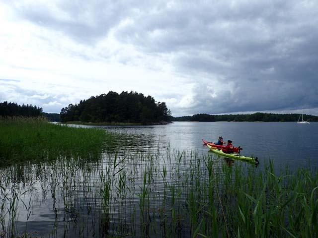 Jayne and Niki set sail from the Midsummer party island to return to the kayak centre!